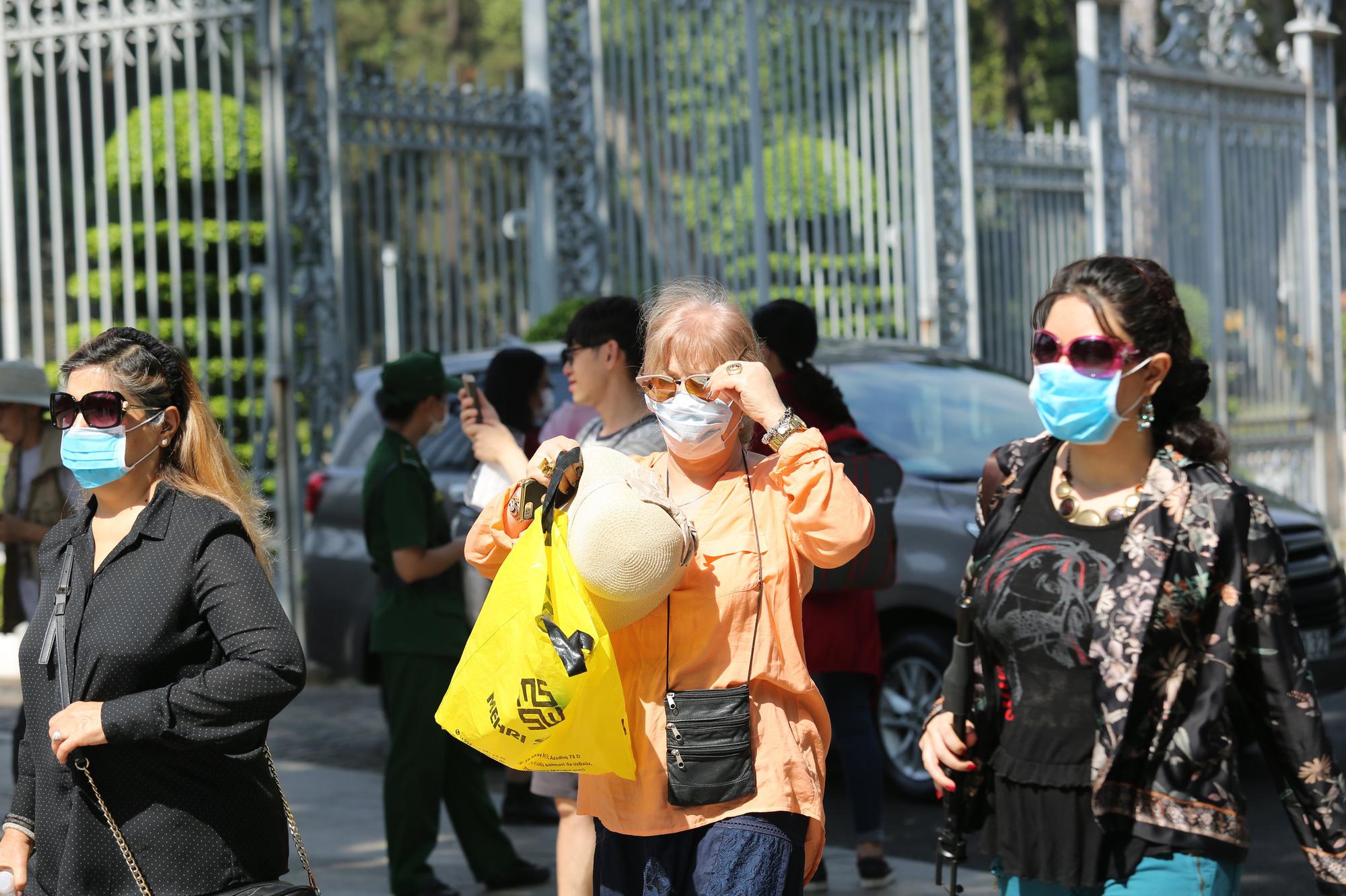 Người nước ngoài ở TP HCM đã mang kín khẩu trang khi đi chơi - Ảnh 4.