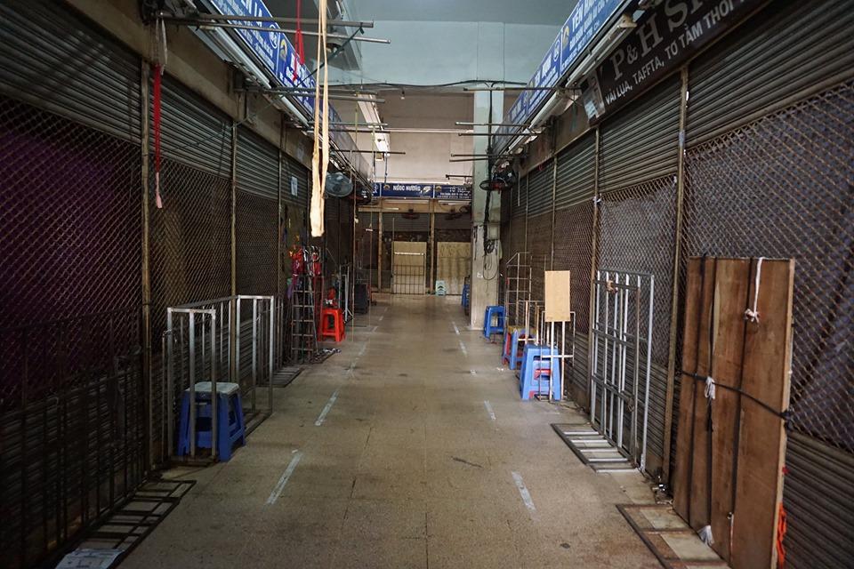 Cận cảnh ngày đầu chống dịch ở Hà Nội: Các cơ sở dịch vụ đóng cửa, siêu thị tiếp tục hoạt động, hàng hoá đầy ăm ắp vắng người mua - Ảnh 3.