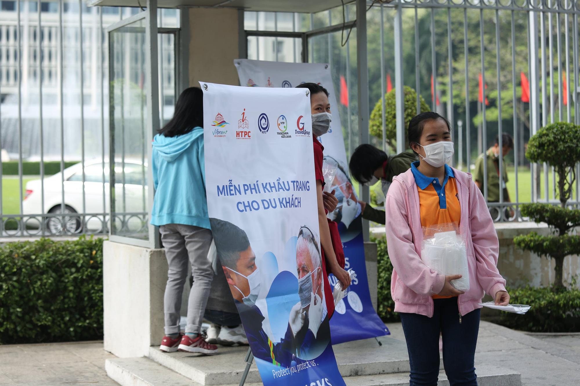 Người nước ngoài ở TP HCM đã mang kín khẩu trang khi đi chơi - Ảnh 3.