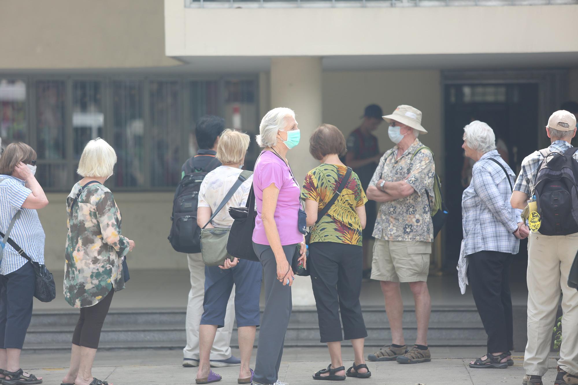 Người nước ngoài ở TP HCM đã mang kín khẩu trang khi đi chơi - Ảnh 2.