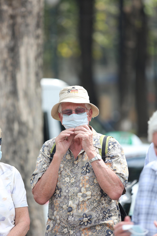 Người nước ngoài ở TP HCM đã mang kín khẩu trang khi đi chơi - Ảnh 5.