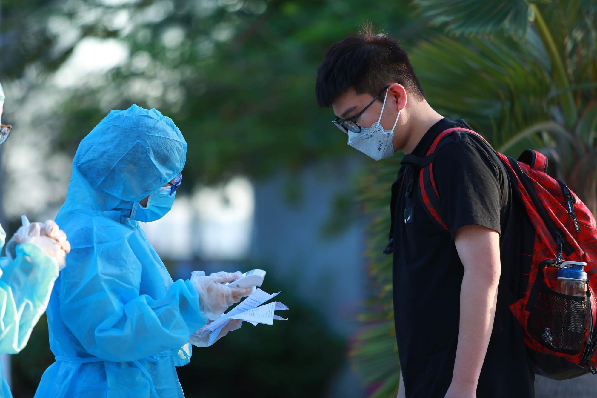 Người nước ngoài ở TP HCM đã mang kín khẩu trang khi đi chơi - Ảnh 1.