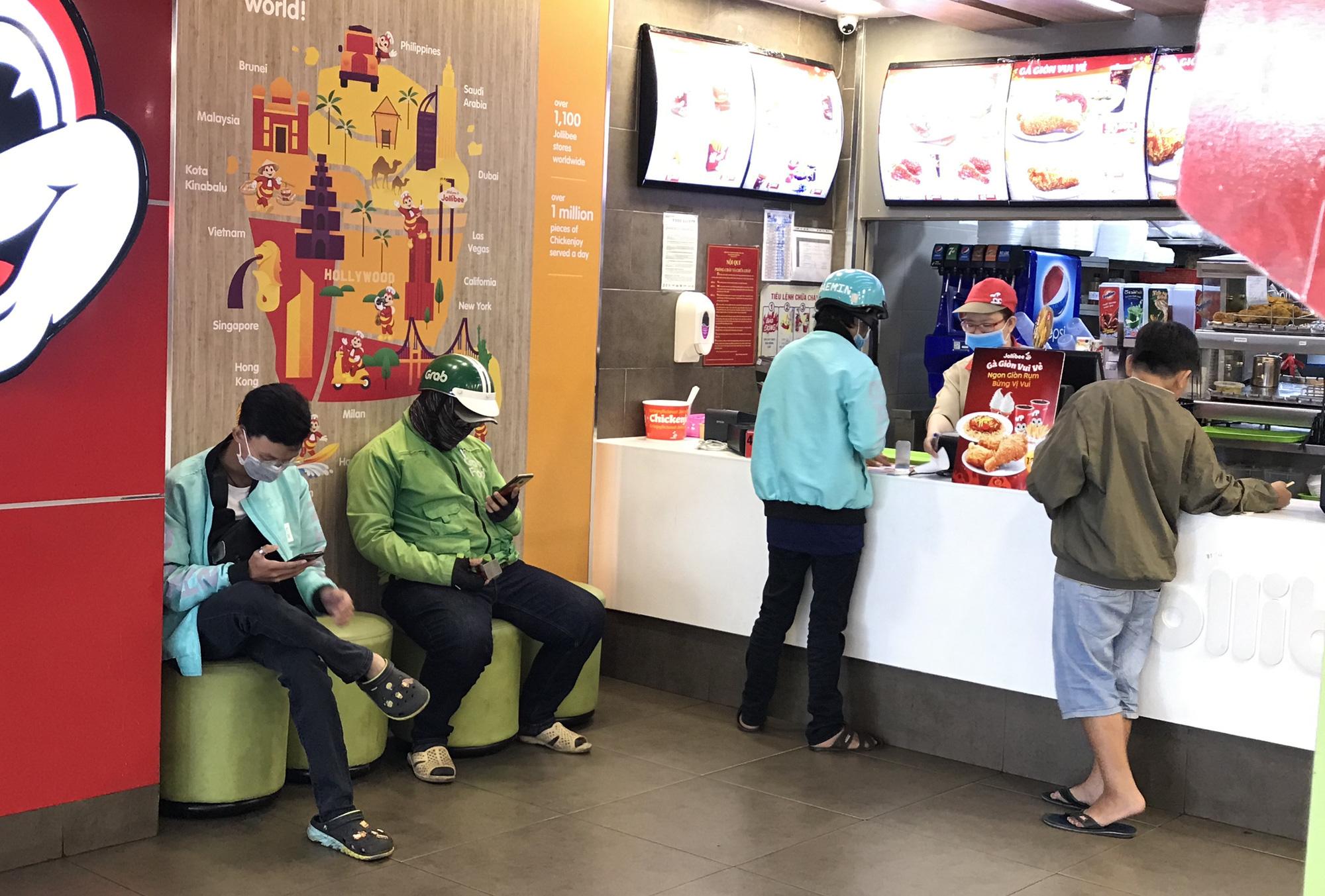 Khẩn: TP HCM yêu cầu quán ăn, hủ tiếu, cà phê, cantin… không được phục vụ tại chỗ từ hôm nay 28/3 - Ảnh 1.