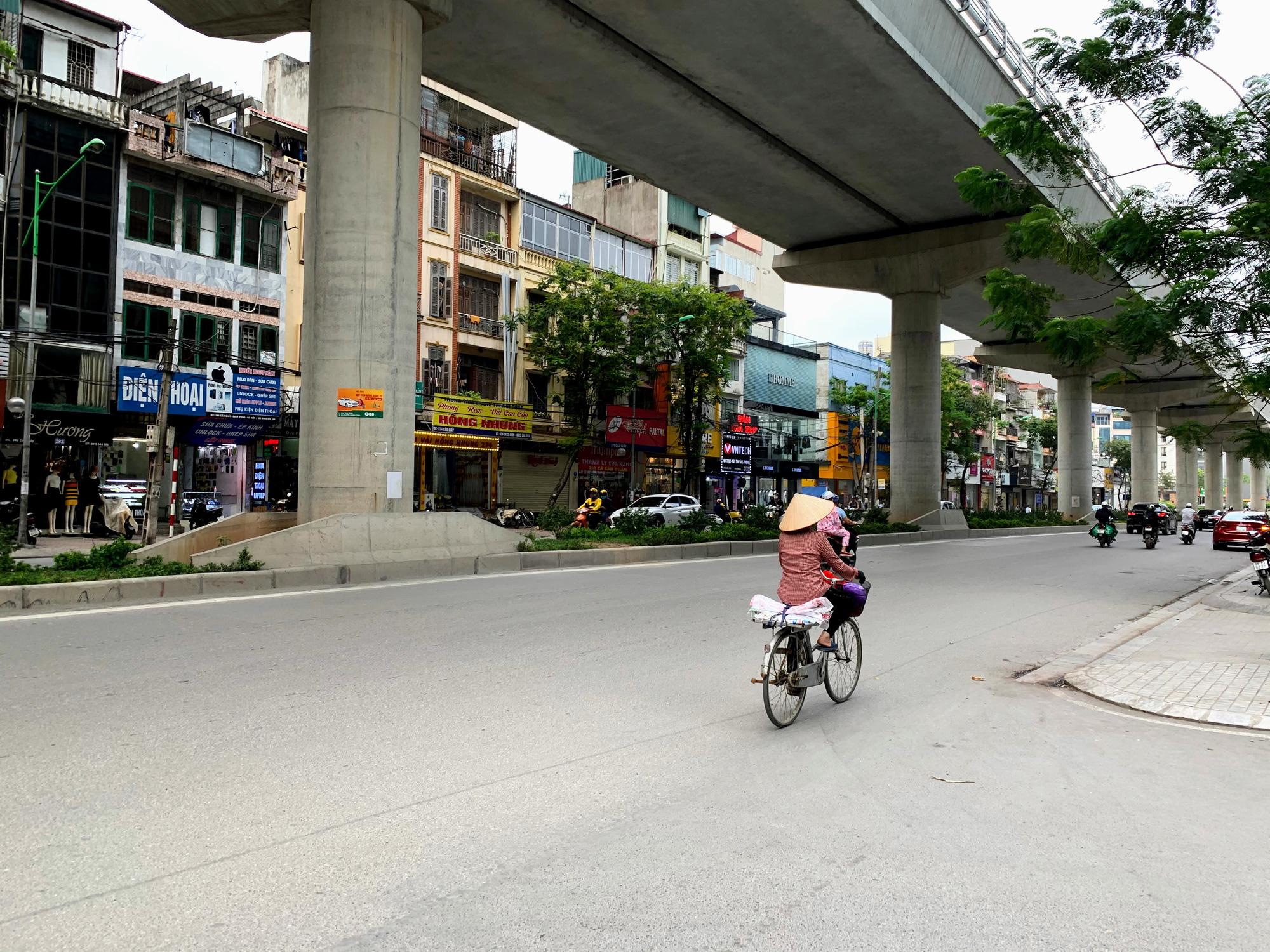 Cận cảnh ngày đầu chống dịch ở Hà Nội: Các cơ sở dịch vụ đóng cửa, siêu thị tiếp tục hoạt động, hàng hoá đầy ăm ắp vắng người mua - Ảnh 1.