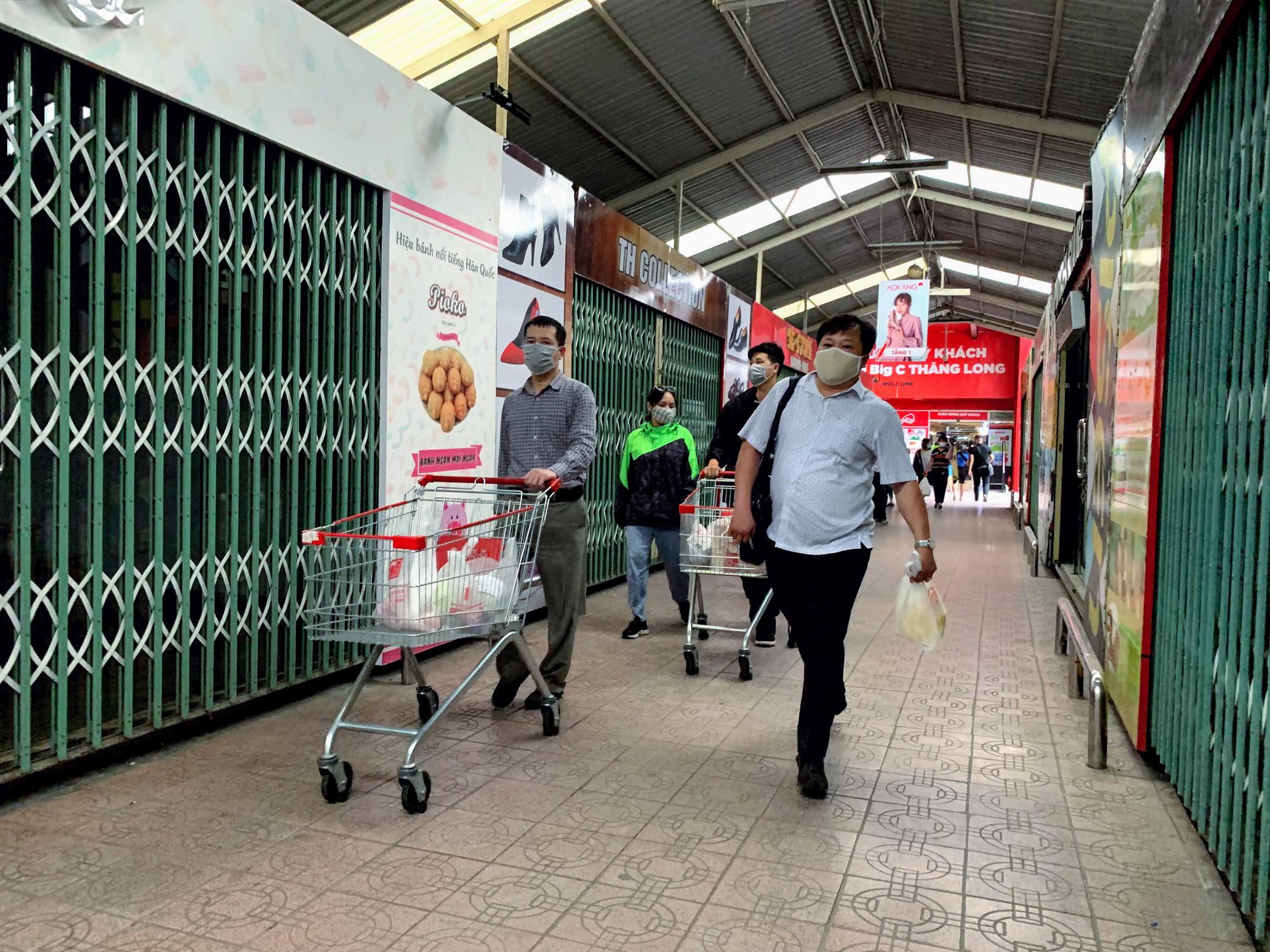 Cận cảnh ngày đầu chống dịch ở Hà Nội: Các cơ sở dịch vụ đóng cửa, siêu thị tiếp tục hoạt động, hàng hoá đầy ăm ắp vắng người mua - Ảnh 18.