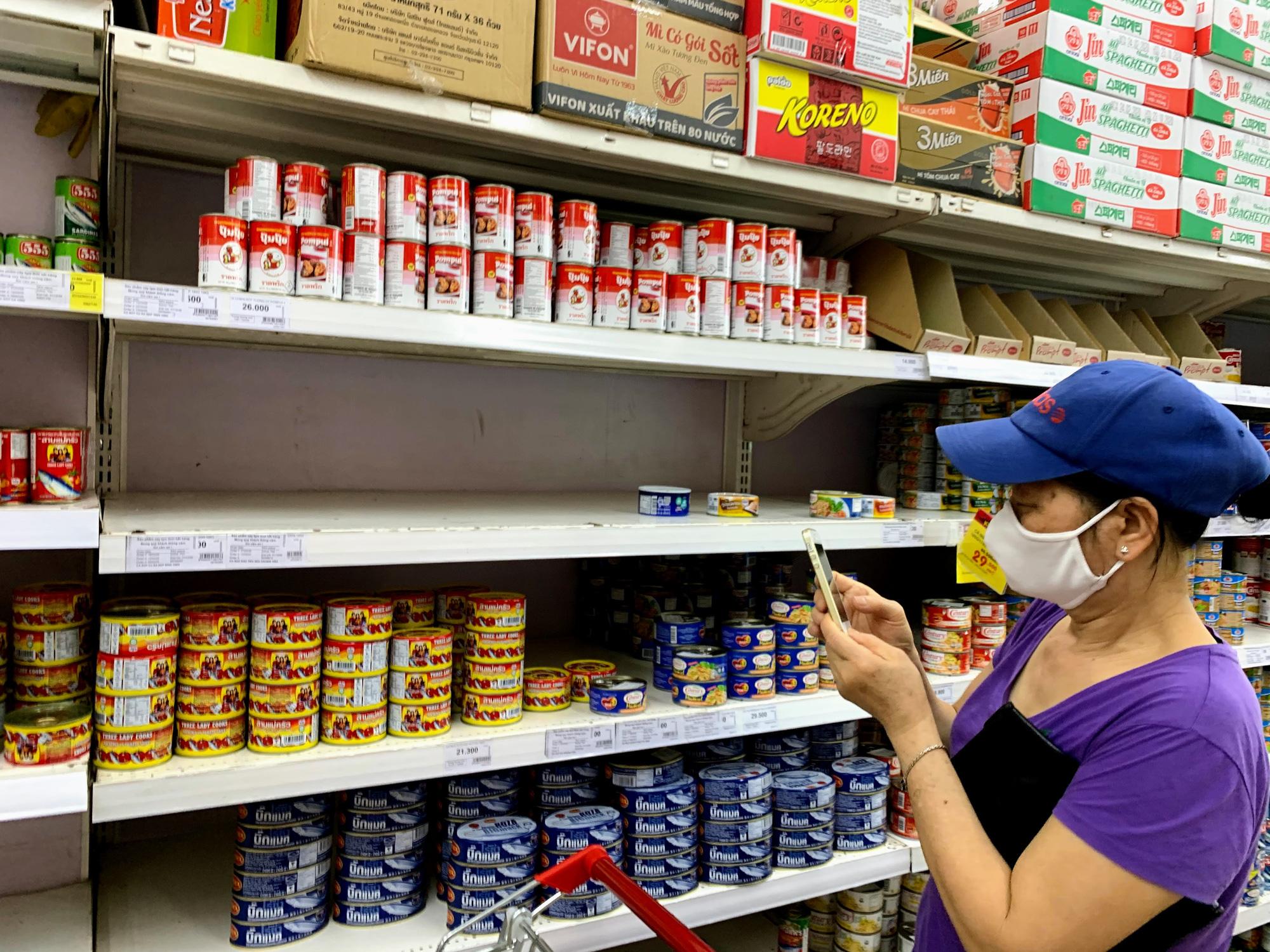 Cận cảnh ngày đầu chống dịch ở Hà Nội: Các cơ sở dịch vụ đóng cửa, siêu thị tiếp tục hoạt động, hàng hoá đầy ăm ắp vắng người mua - Ảnh 12.