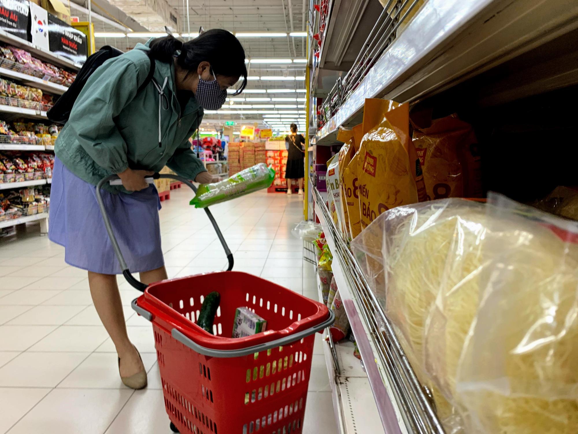 Cận cảnh ngày đầu chống dịch ở Hà Nội: Các cơ sở dịch vụ đóng cửa, siêu thị tiếp tục hoạt động, hàng hoá đầy ăm ắp vắng người mua - Ảnh 11.