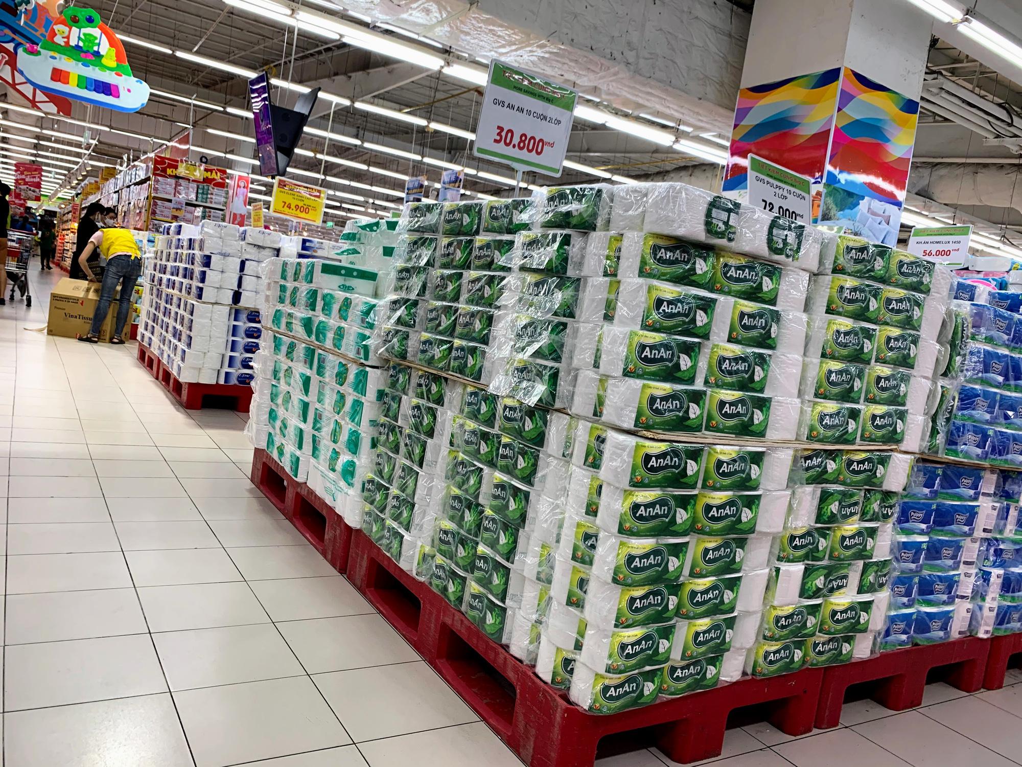 Cận cảnh ngày đầu chống dịch ở Hà Nội: Các cơ sở dịch vụ đóng cửa, siêu thị tiếp tục hoạt động, hàng hoá đầy ăm ắp vắng người mua - Ảnh 15.