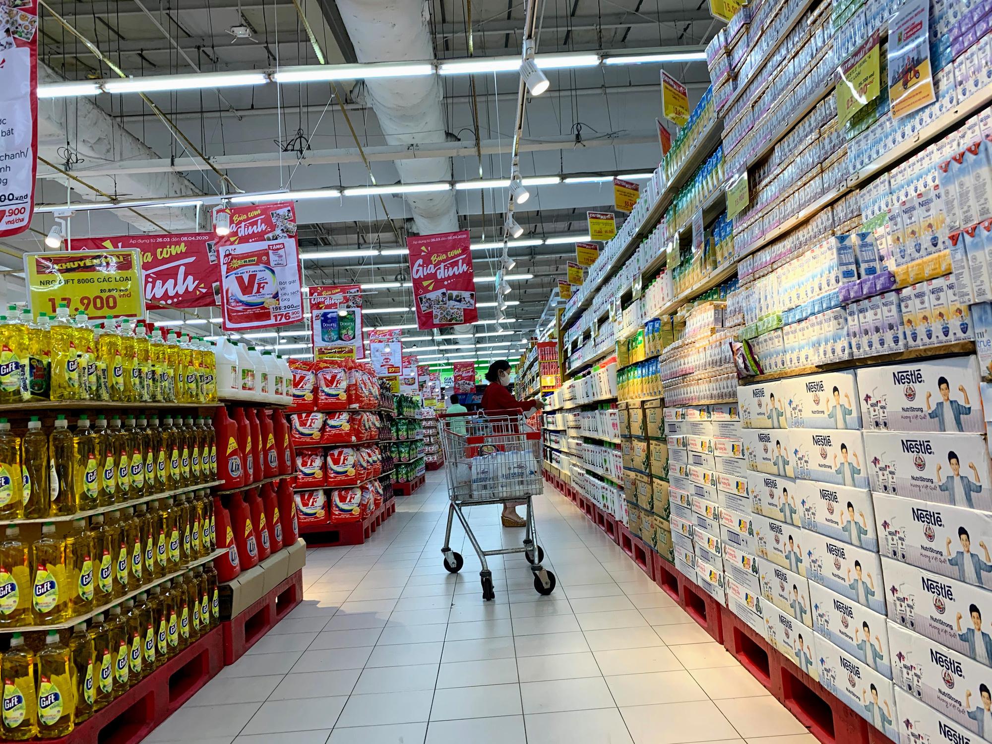 Cận cảnh ngày đầu chống dịch ở Hà Nội: Các cơ sở dịch vụ đóng cửa, siêu thị tiếp tục hoạt động, hàng hoá đầy ăm ắp vắng người mua - Ảnh 16.