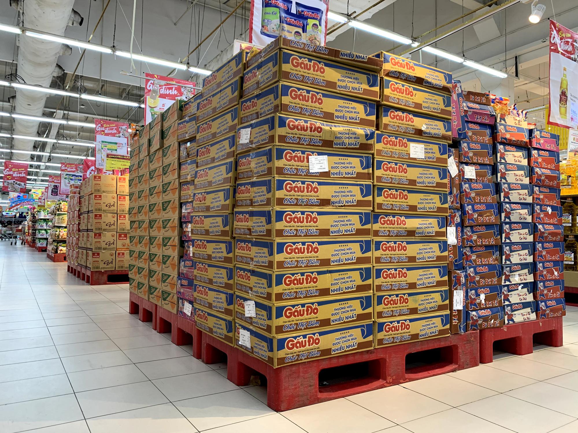 Cận cảnh ngày đầu chống dịch ở Hà Nội: Các cơ sở dịch vụ đóng cửa, siêu thị tiếp tục hoạt động, hàng hoá đầy ăm ắp vắng người mua - Ảnh 14.