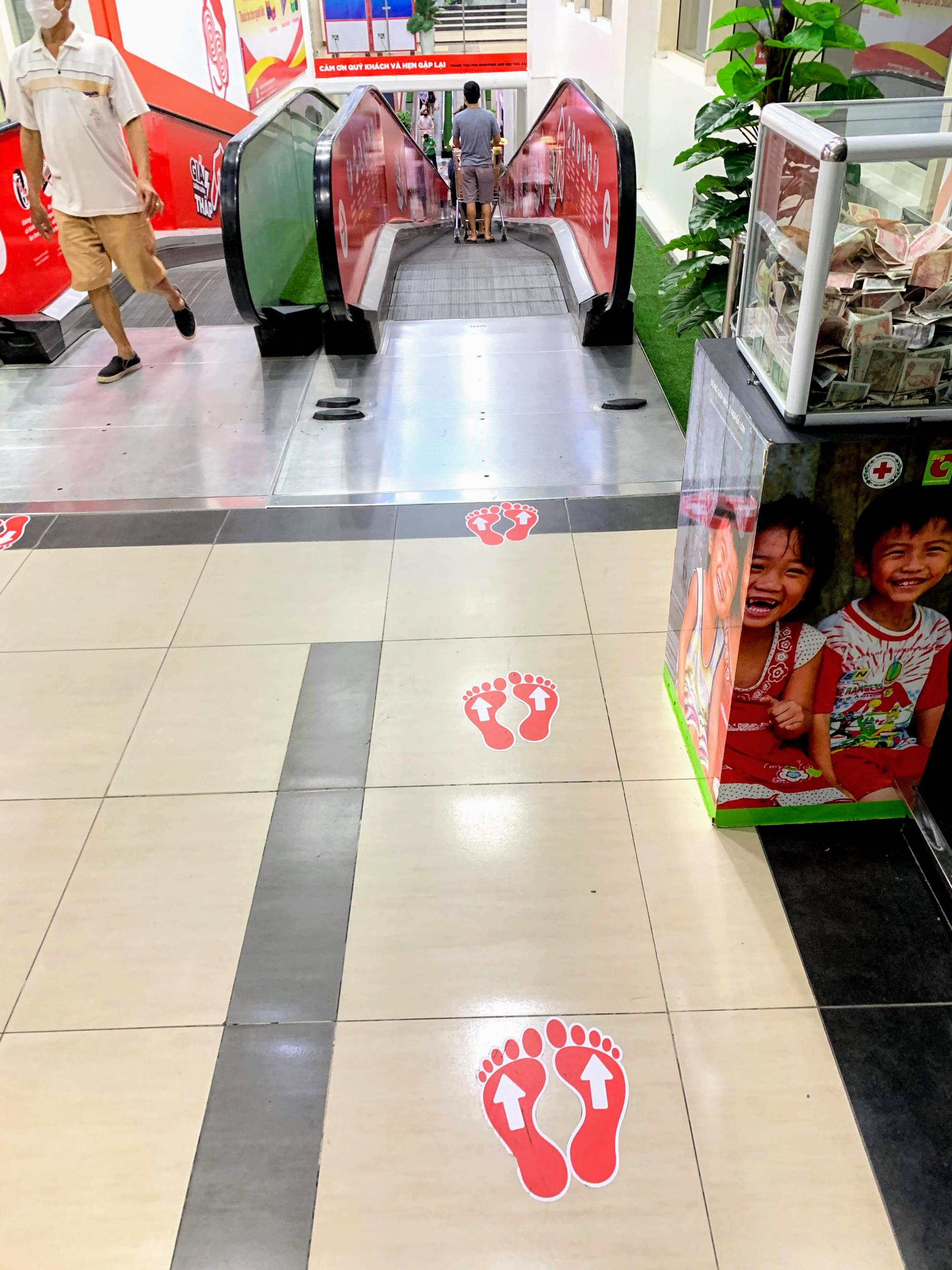 Cận cảnh ngày đầu chống dịch ở Hà Nội: Các cơ sở dịch vụ đóng cửa, siêu thị tiếp tục hoạt động, hàng hoá đầy ăm ắp vắng người mua - Ảnh 17.