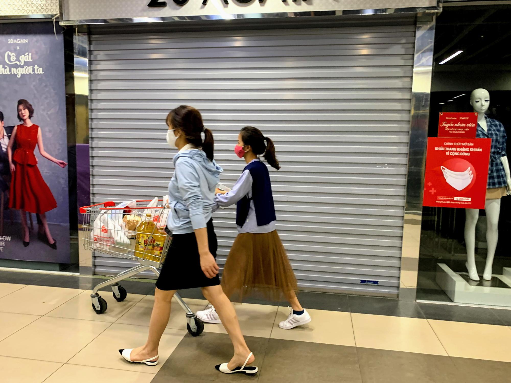 Cận cảnh ngày đầu chống dịch ở Hà Nội: Các cơ sở dịch vụ đóng cửa, siêu thị tiếp tục hoạt động, hàng hoá đầy ăm ắp vắng người mua - Ảnh 10.