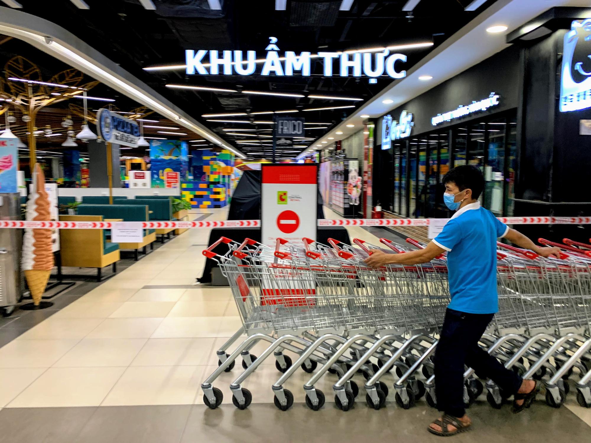 Cận cảnh ngày đầu chống dịch ở Hà Nội: Các cơ sở dịch vụ đóng cửa, siêu thị tiếp tục hoạt động, hàng hoá đầy ăm ắp vắng người mua - Ảnh 9.