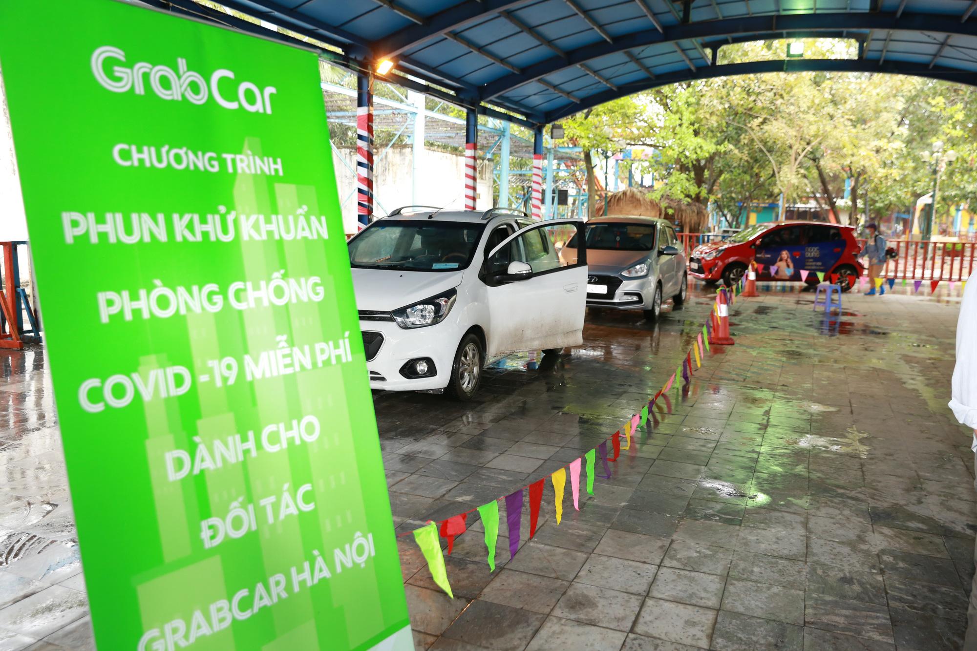 Grab phun khử khuẩn hàng trăm xe GrabCar, phát miễn phí hàng nghìn khẩu trang, bộ quà tặng an toàn cho các tài xế để chống dịch Covid - 19 - Ảnh 2.