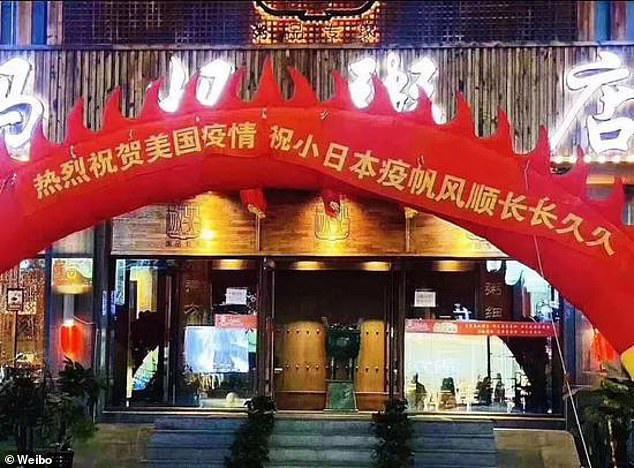Nhà hàng Trung Quốc nhận mưa 'gạch đá' vì căng biểu ngữ ăn mừng dịch Covid - 19 bùng phát ở Nhật và Mỹ - Ảnh 1.