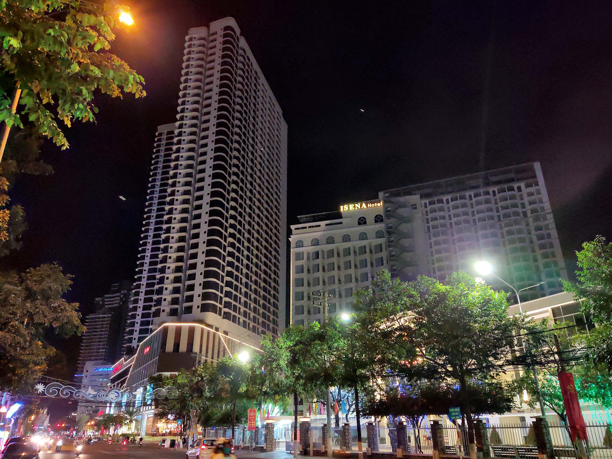 TP Nha Trang lạ lẫm khi hàng loạt khách sạn, nhà hàng, bar tắt đèn - Ảnh 10.