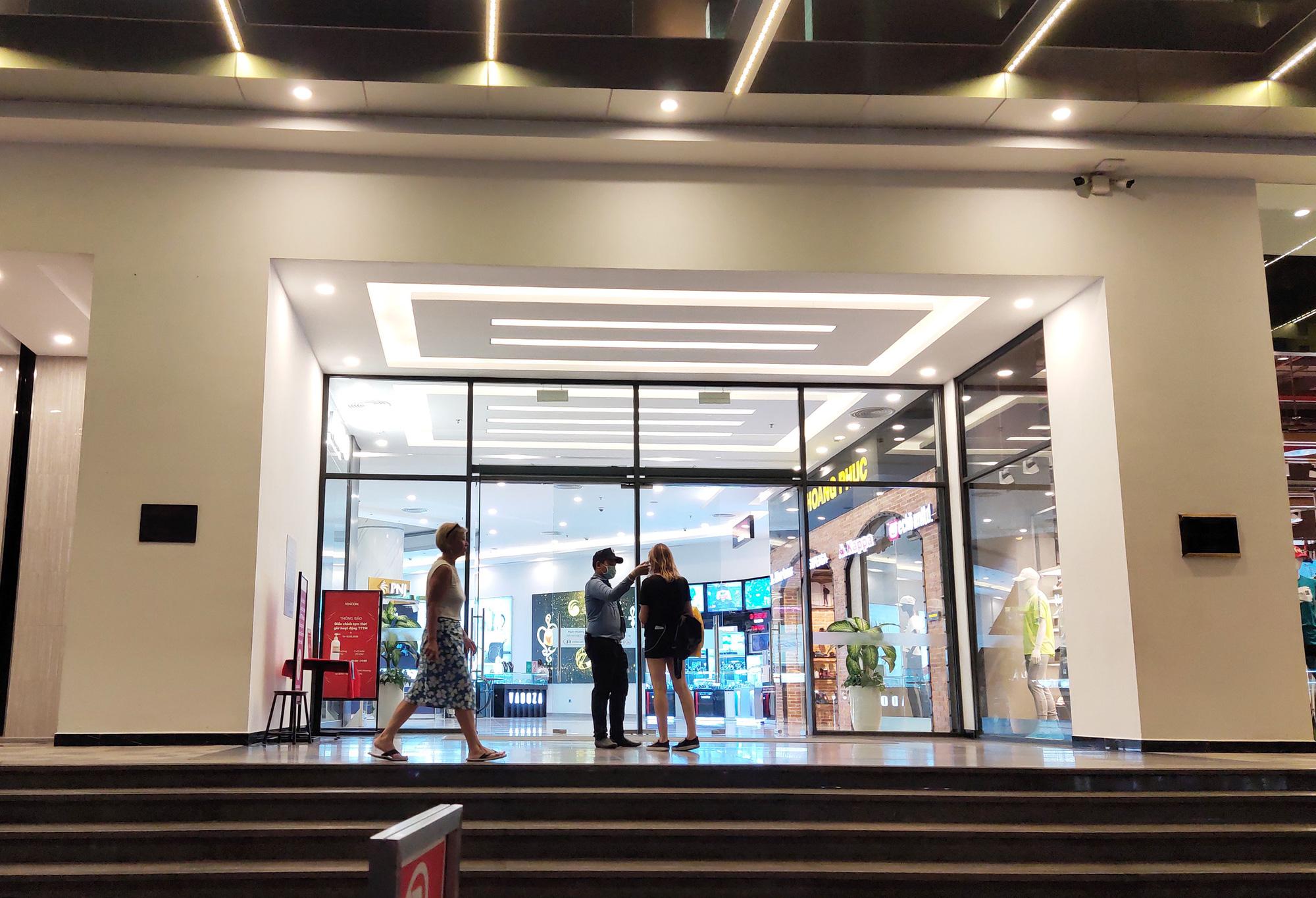 TP Nha Trang lạ lẫm khi hàng loạt khách sạn, nhà hàng, bar tắt đèn - Ảnh 14.