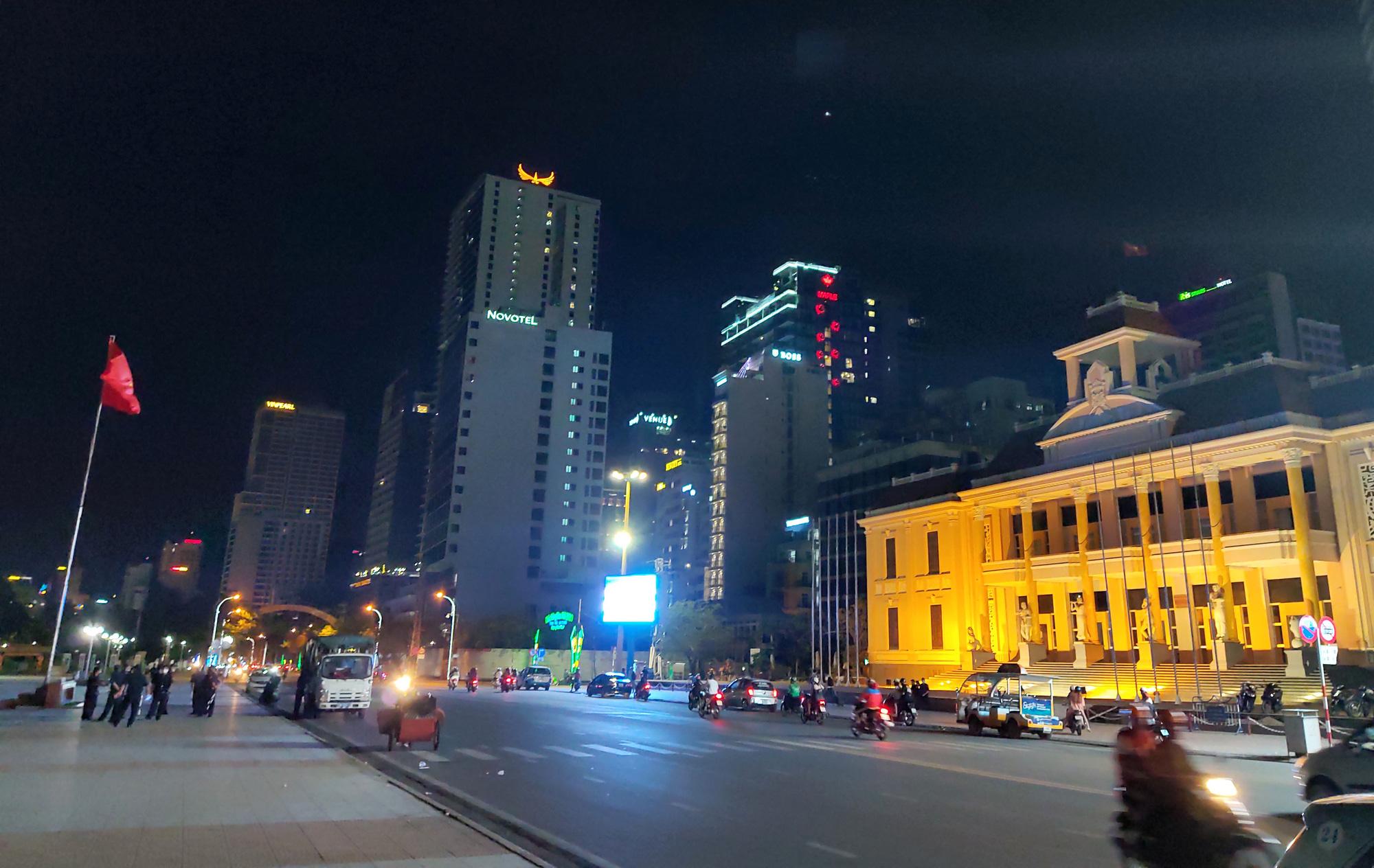 TP Nha Trang lạ lẫm khi hàng loạt khách sạn, nhà hàng, bar tắt đèn - Ảnh 1.
