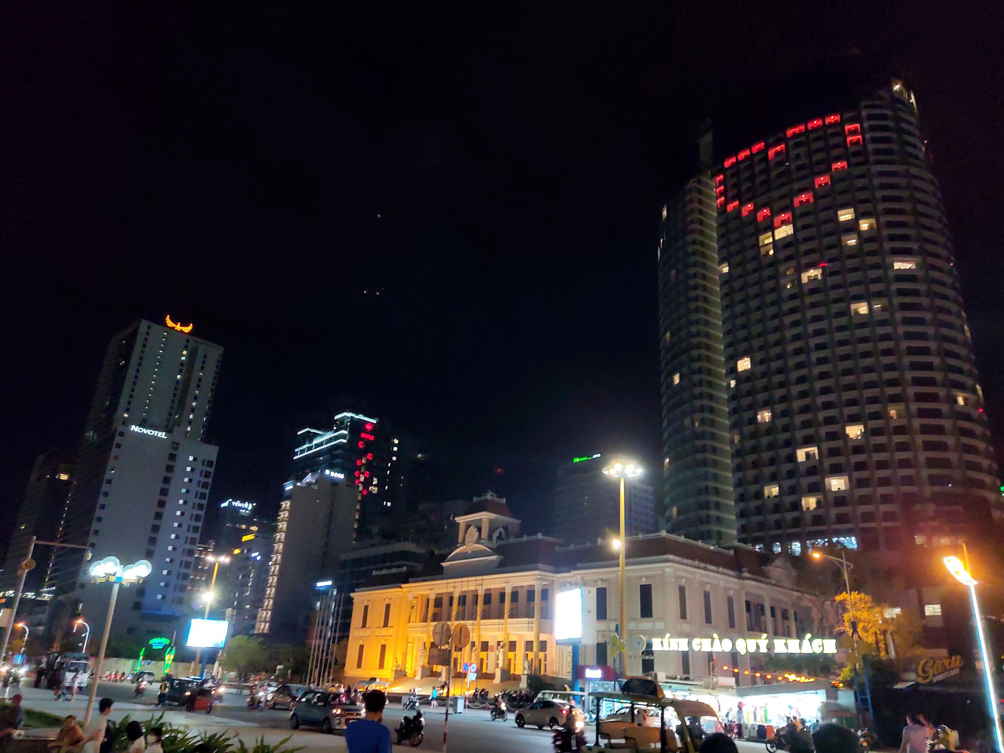 TP Nha Trang lạ lẫm khi hàng loạt khách sạn, nhà hàng, bar tắt đèn - Ảnh 15.