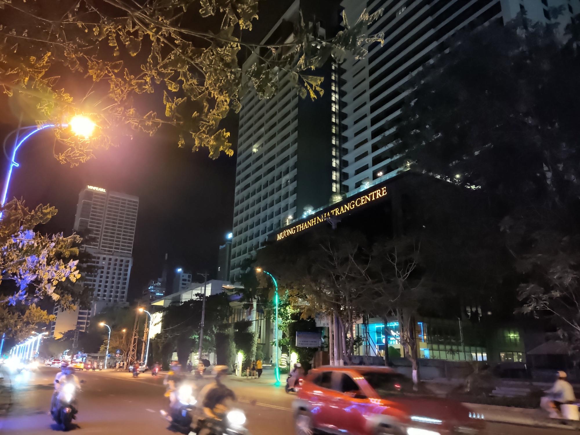 TP Nha Trang lạ lẫm khi hàng loạt khách sạn, nhà hàng, bar tắt đèn - Ảnh 8.