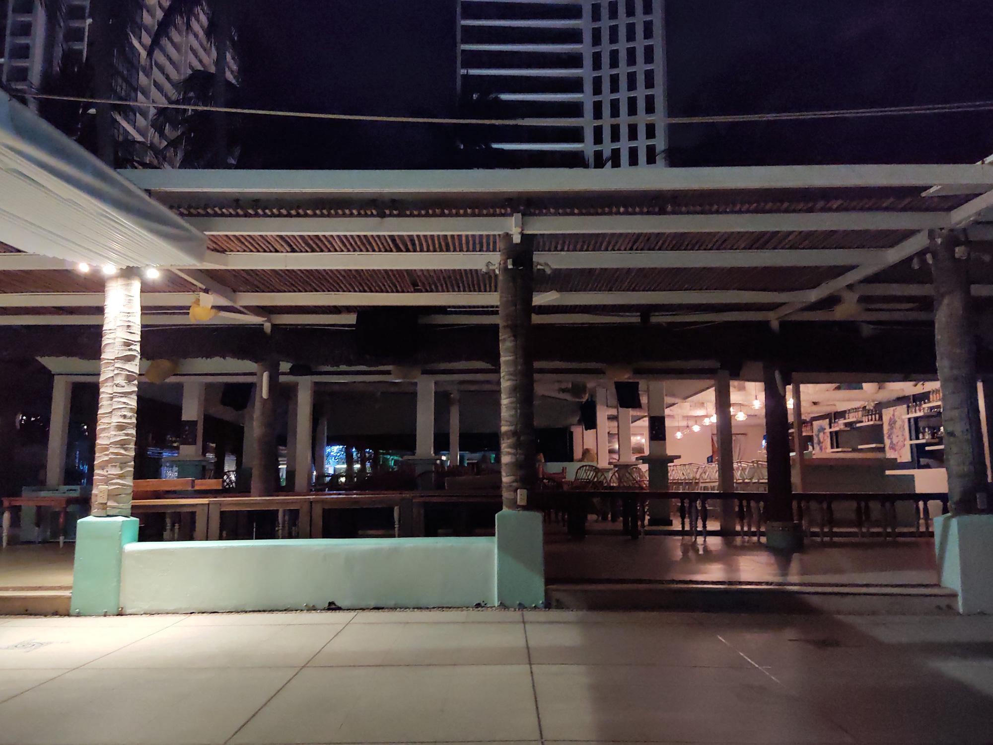 TP Nha Trang lạ lẫm khi hàng loạt khách sạn, nhà hàng, bar tắt đèn - Ảnh 13.