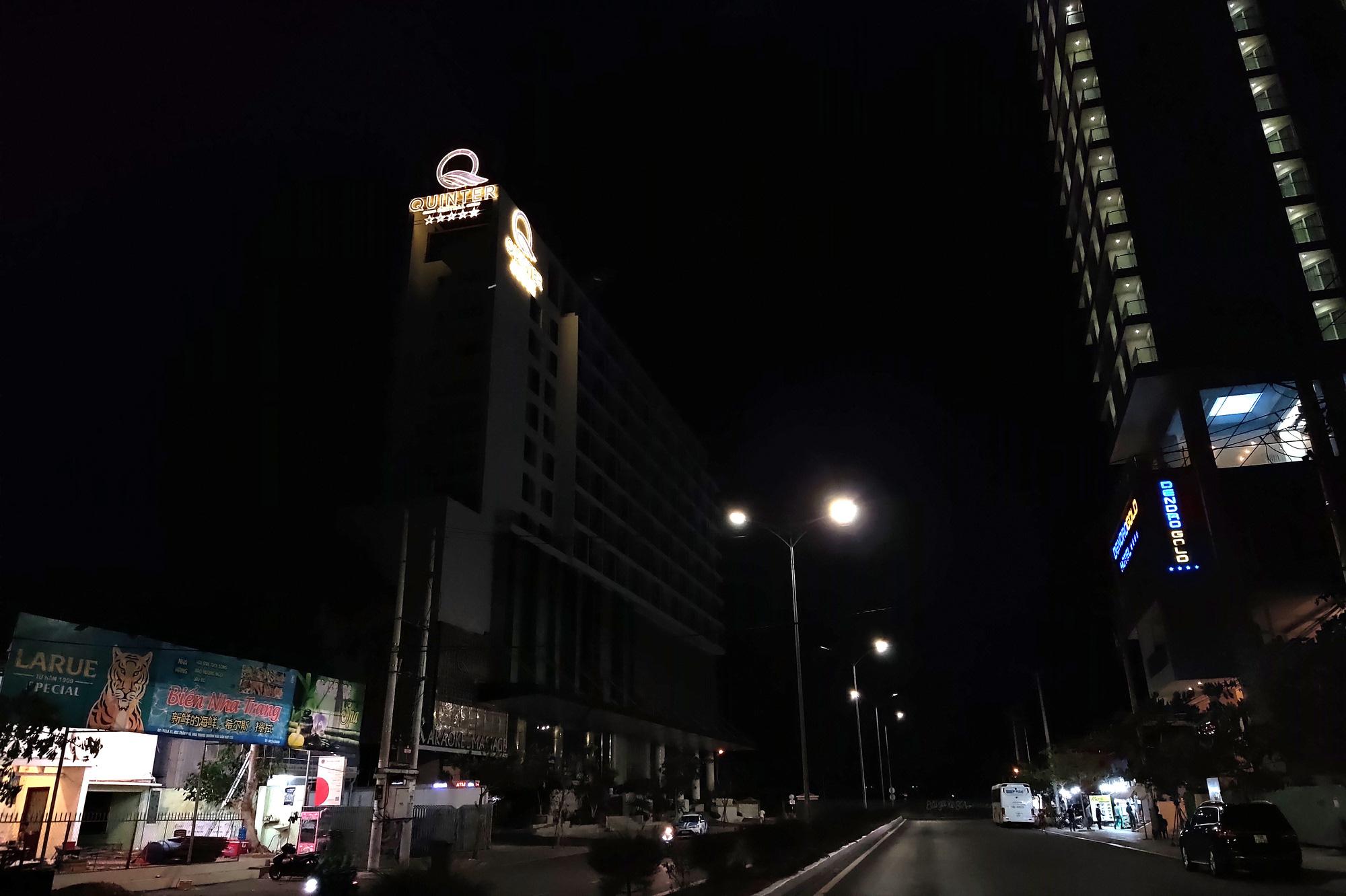 TP Nha Trang lạ lẫm khi hàng loạt khách sạn, nhà hàng, bar tắt đèn - Ảnh 11.