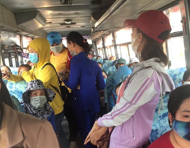 Hàng loạt xe đưa rước ở công ty Pouyuen vẫn chở chật kín công nhân - Ảnh 3.