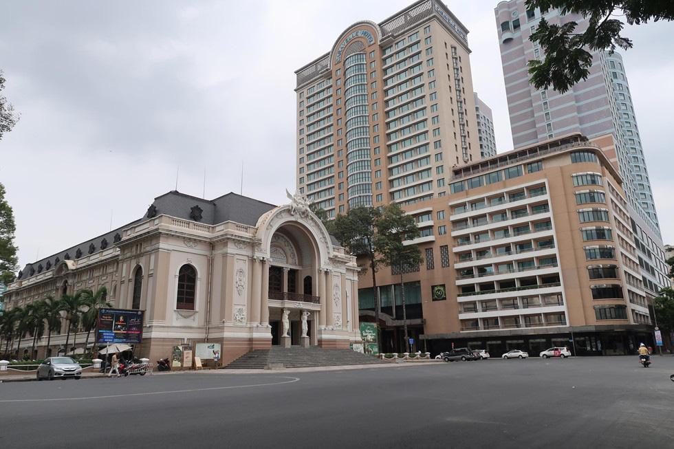 Trung tâm TP HCM khoảnh khắc không một ai, người Sài Gòn ở nhà ngăn Covid-19 - Ảnh 3.