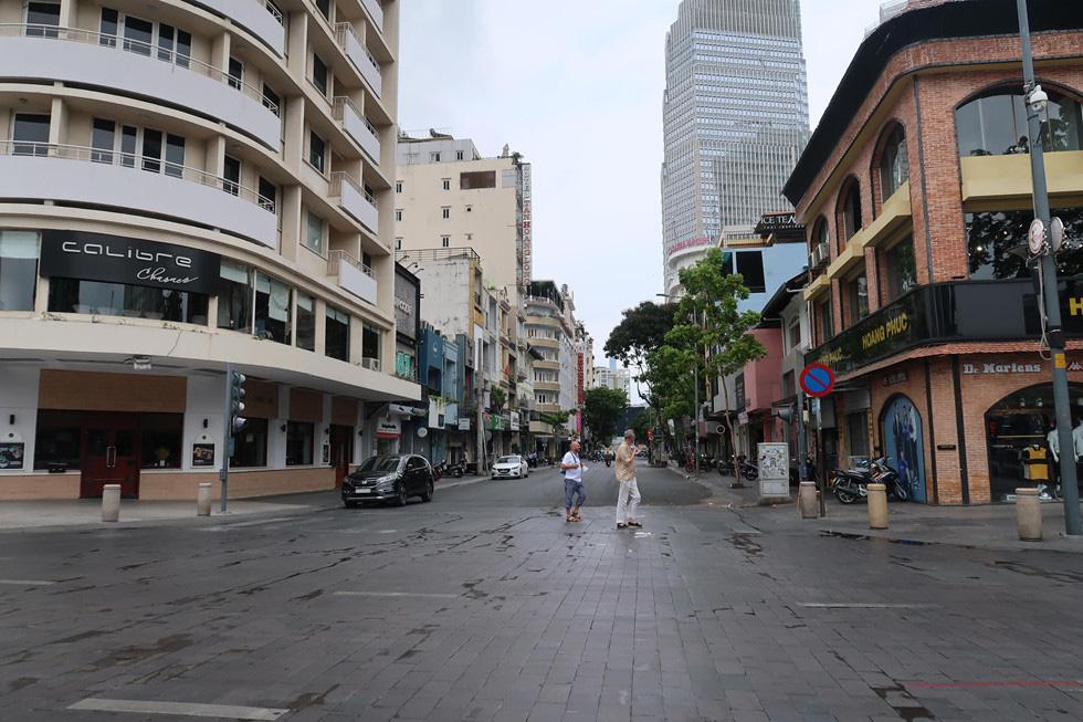 Trung tâm TP HCM khoảnh khắc không một ai, người Sài Gòn ở nhà ngăn Covid-19 - Ảnh 9.