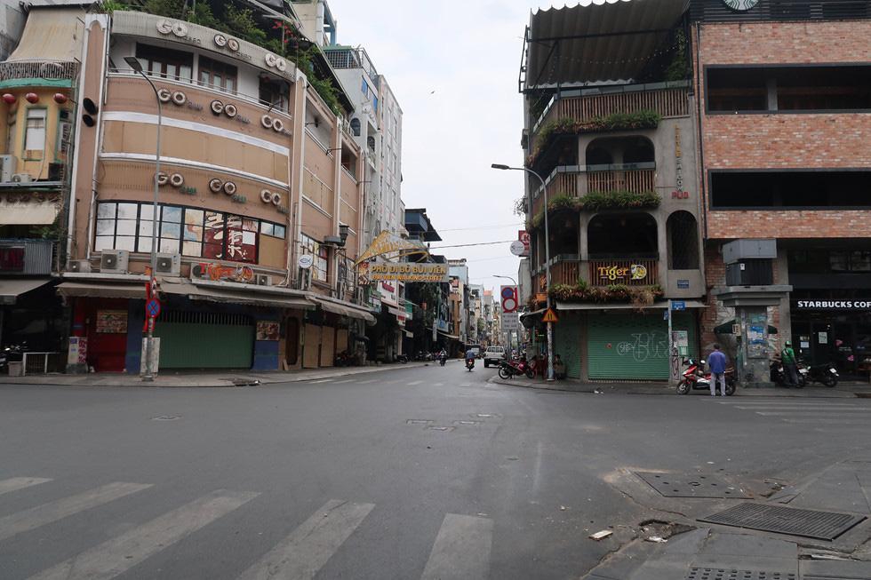 Trung tâm TP HCM khoảnh khắc không một ai, người Sài Gòn ở nhà ngăn Covid-19 - Ảnh 14.