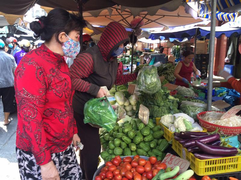 TP HCM: Hạn chế ra đường, dân tranh thủ đi chợ sớm - Ảnh 3.