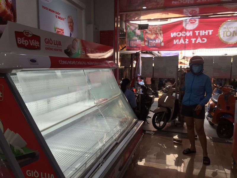 TP HCM: Hạn chế ra đường, dân tranh thủ đi chợ sớm - Ảnh 8.