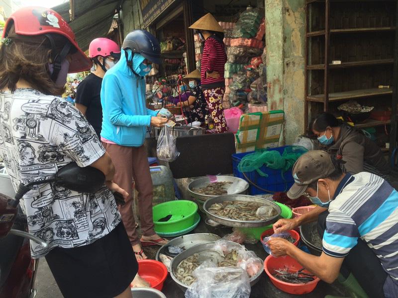 TP HCM: Hạn chế ra đường, dân tranh thủ đi chợ sớm - Ảnh 2.