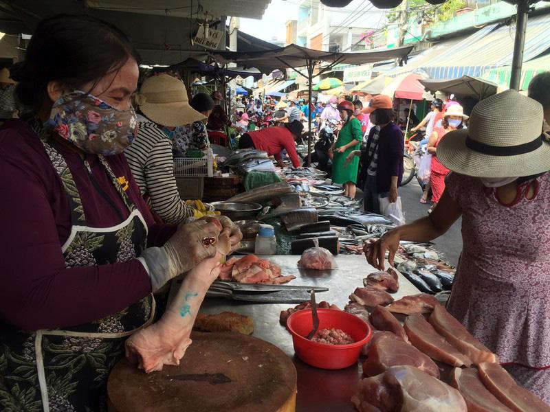 TP HCM: Hạn chế ra đường, dân tranh thủ đi chợ sớm - Ảnh 1.
