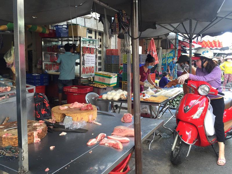 TP HCM: Hạn chế ra đường, dân tranh thủ đi chợ sớm - Ảnh 5.