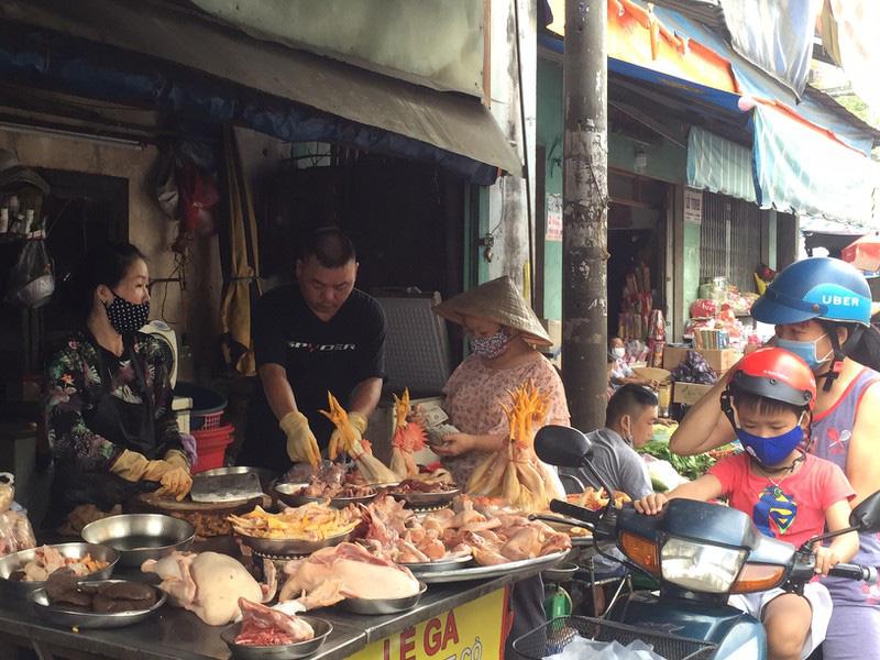 TP HCM: Hạn chế ra đường, dân tranh thủ đi chợ sớm - Ảnh 6.