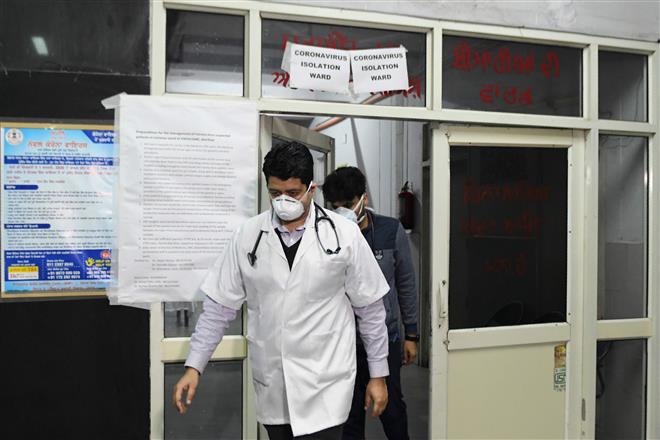 Các bác sĩ ở Ấn Độ bị chủ nhà đuổi khỏi nơi thuê vì lo sợ lây virus corona - Ảnh 1.