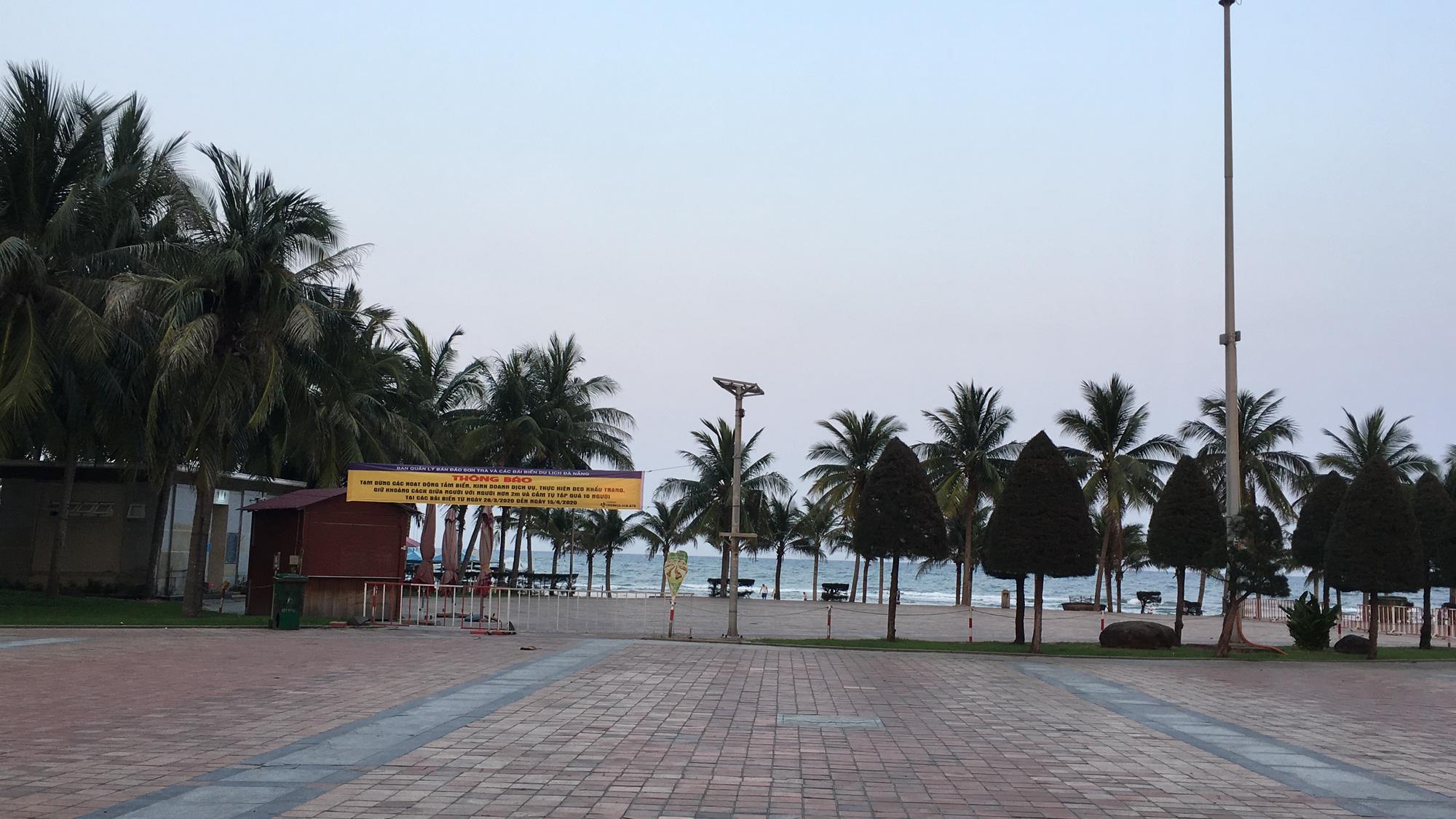 Ven biển Đà Nẵng bị rào chắn hơn 1km, các dịch vụ ngừng hoạt động hàng loạt để phòng dịch Covid-19 - Ảnh 3.