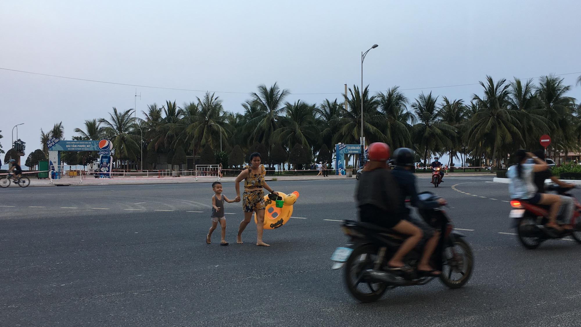 Ven biển Đà Nẵng bị rào chắn hơn 1km, các dịch vụ ngừng hoạt động hàng loạt để phòng dịch Covid-19 - Ảnh 17.