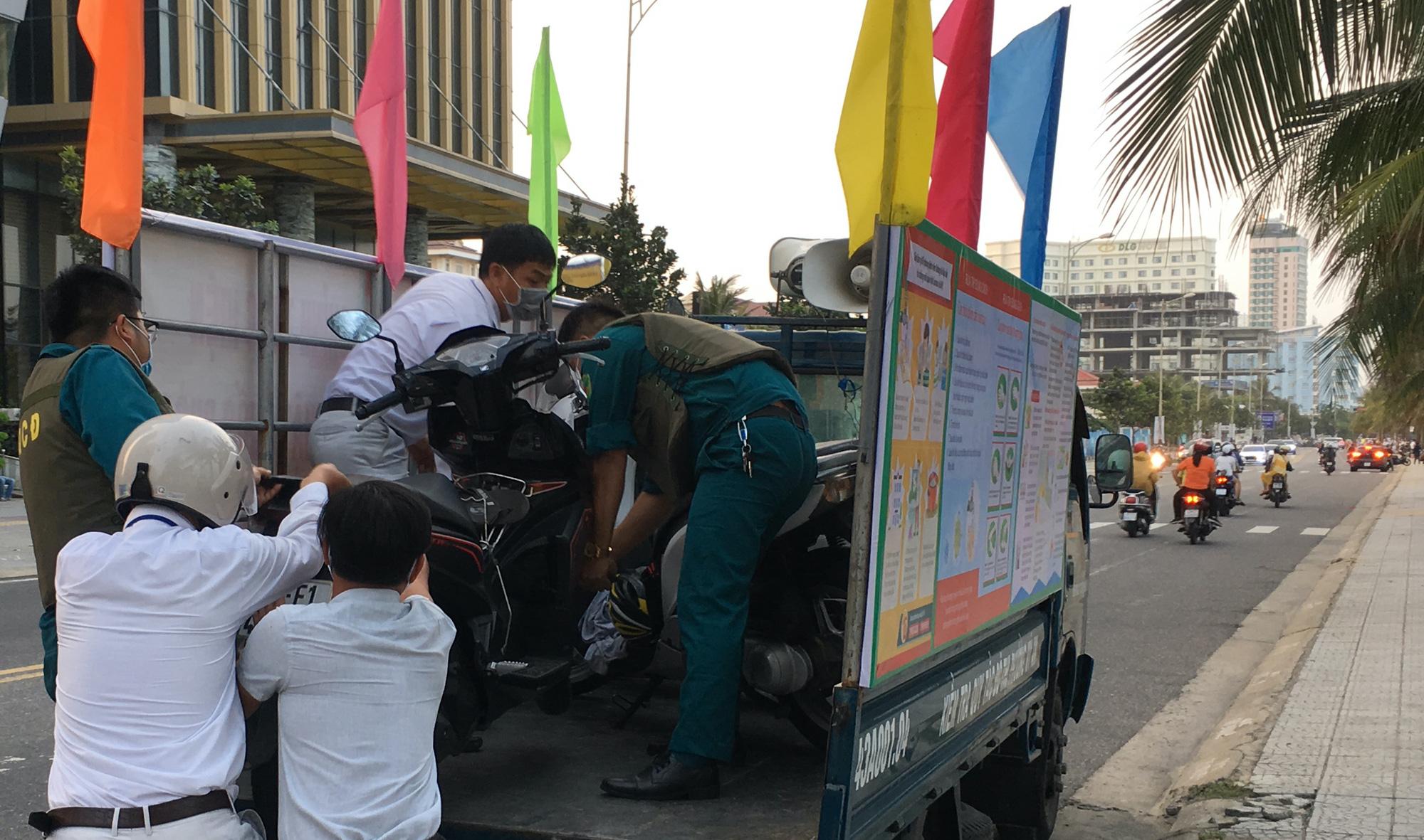 Ven biển Đà Nẵng bị rào chắn hơn 1km, các dịch vụ ngừng hoạt động hàng loạt để phòng dịch Covid-19 - Ảnh 16.