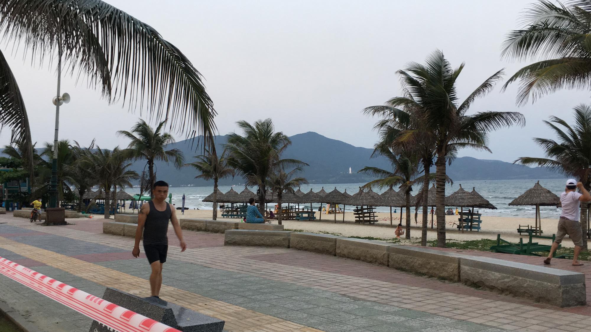 Ven biển Đà Nẵng bị rào chắn hơn 1km, các dịch vụ ngừng hoạt động hàng loạt để phòng dịch Covid-19 - Ảnh 18.