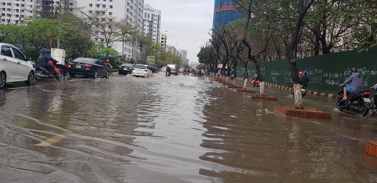 Hà Nội: Hàng loạt phố chìm trong biển nước sau cơn mưa lớn - Ảnh 4.