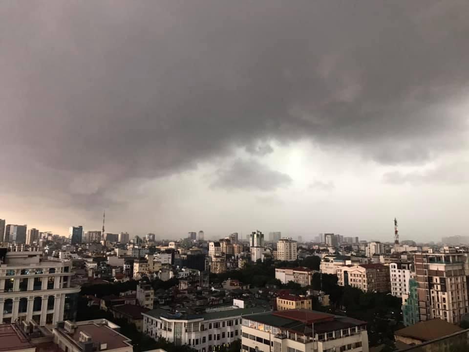 Hình ảnh Hà Nội đầu giờ chiều nay, bầu trời âm u, nhiều nơi mưa to, gió mạnh - Ảnh 1.