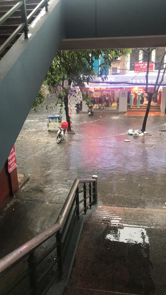 Hình ảnh Hà Nội đầu giờ chiều nay, bầu trời âm u, nhiều nơi mưa to, gió mạnh - Ảnh 5.