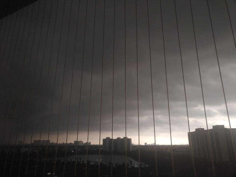 Hình ảnh Hà Nội đầu giờ chiều nay, bầu trời âm u, nhiều nơi mưa to, gió mạnh - Ảnh 4.