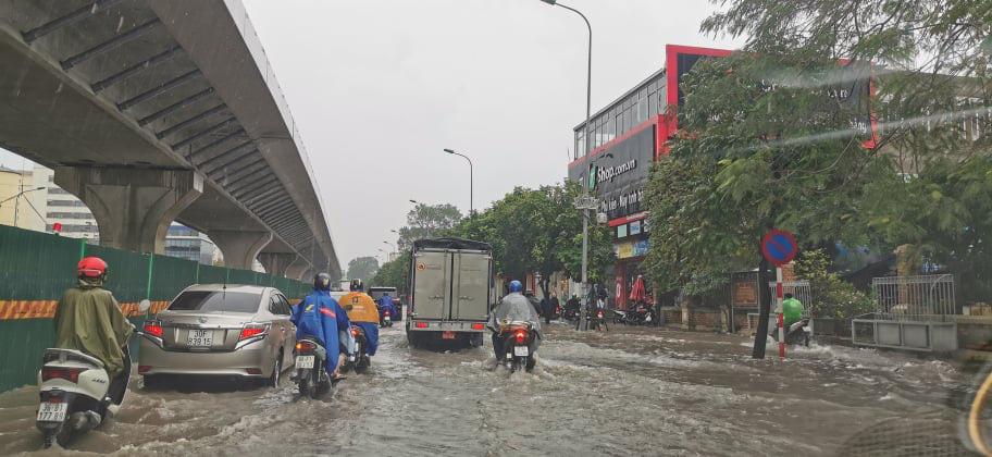 Đường phố Hà Nội ngập như sông sau trận mưa lớn bất thường - Ảnh 3.