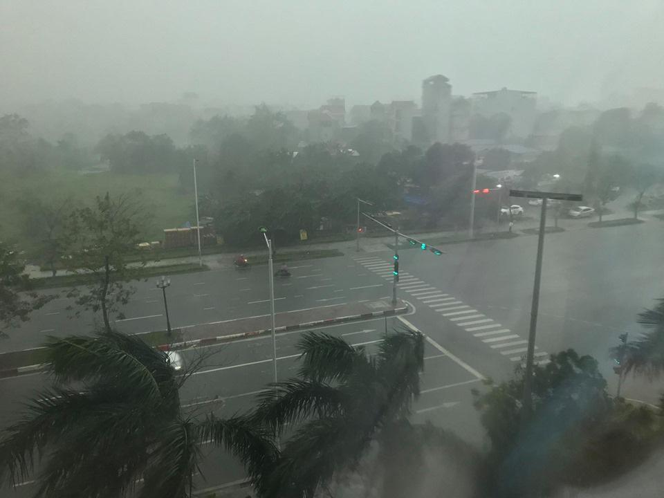 Hình ảnh Hà Nội đầu giờ chiều nay, bầu trời âm u, nhiều nơi mưa to, gió mạnh - Ảnh 6.