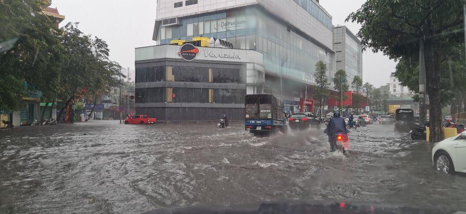 Đường phố Hà Nội ngập như sông sau trận mưa lớn bất thường - Ảnh 1.