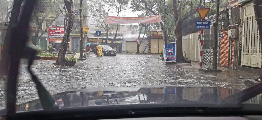 Đường phố Hà Nội ngập như sông sau trận mưa lớn bất thường - Ảnh 4.