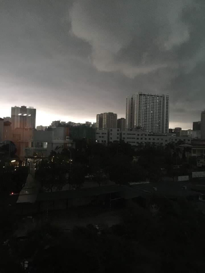 Hà Nội trời tối đen như mực giữa ban ngày, mưa to gió lớn khắp các quận huyện - Ảnh 1.